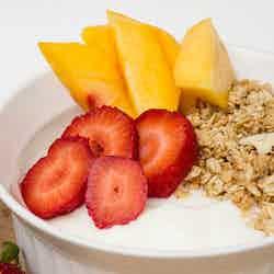 Yoghurt granola med frukt