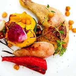 Hel kyckling i ugn med vitlöksrostade paprikor
