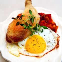 Kycklingklubba med ratatouille och stekt ägg