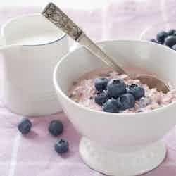 Yoghurtfrukost med havregryn och bär